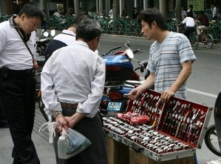 street-vendors-sell-counterfeit-watches-e13696859434041.jpg